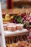 Zoete feestelijke buffet, fruit, kappen, macaroni en partijen van snoepjes stock foto