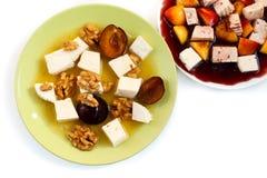Zoete fruitige salades met kaas op wit Royalty-vrije Stock Afbeelding