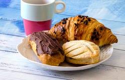 Zoete gebakjes en koffie royalty-vrije stock afbeelding