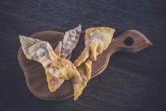 Zoete gebakjes (Hrustik) op een houten raad Stock Fotografie
