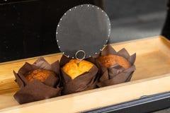 Zoete gebakjes met prijskaartje op de teller van een patisserie royalty-vrije stock fotografie