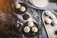 Zoete gebakjes, muffins en cupcakes op de lijst royalty-vrije stock afbeelding