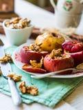 Zoete gebakken appelen met okkernoten en honing, de dessertherfst Stock Foto's