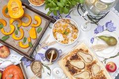 Zoete, gebakken pompoen en pastei met peer De herfstdiner voor de gehele familie De ruimte van het exemplaar stock foto's