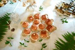 Zoete gekleurde cake met kleine kleurrijke ballons voor een pretpartij, verjaardagspartij royalty-vrije stock fotografie