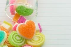Zoete geleisuikergoed en geleiharten in zoete kleur Stock Fotografie