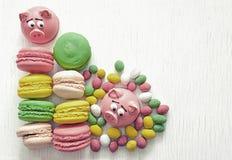 Zoete gevoelige makaron roze makarons, heemst, pinda's in de kleuren van de suikerpastelkleur op een lichte achtergrond met plaat Stock Foto's
