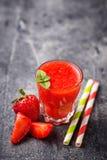 Zoete gezonde aardbei smoothie cocktail Royalty-vrije Stock Foto's