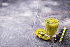 Zoete gezonde kiwi smoothie cocktail Stock Foto