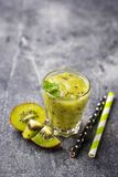 Zoete gezonde kiwi smoothie cocktail Stock Fotografie