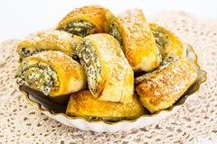 Zoete gistbroodjes met kaas en papaverzaden stock afbeelding