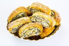 Zoete gistbroodjes met kaas en papaverzaden royalty-vrije stock foto's