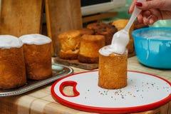 Zoete glans op Pasen-cakes royalty-vrije stock afbeeldingen