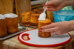 Zoete glans op Pasen-cakes royalty-vrije stock foto