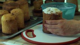 Zoete glans op Pasen-cakes stock footage