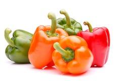 Zoete groene paprika die op wit knipsel wordt geïsoleerd als achtergrond Stock Foto's