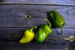 Zoete groene paprika op oude houten achtergrond royalty-vrije stock afbeelding
