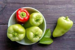Zoete groene paprika's op donkere houten lijst Royalty-vrije Stock Afbeelding