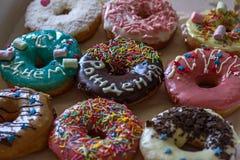 Zoete heerlijke donuts met glans en een felicitatieinschrijvings` Gelukkige Verjaardag ` Royalty-vrije Stock Afbeelding