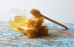 Zoete honing in de kam Op landelijke houten achtergrond Glasbank met honing Royalty-vrije Stock Fotografie