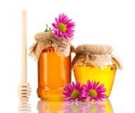 Zoete honing in kruiken met drizzler Royalty-vrije Stock Foto