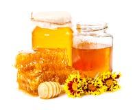 Zoete honingraat en twee kruiken honing Stock Foto's