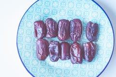 Zoete Iraanse data op blauwe Arabische stijlplaat Het biologische product van Aziaat en van het Midden-Oosten De bron van mineral Stock Foto