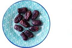 Zoete Iraanse data op blauwe Arabische stijlplaat Het biologische product van Aziaat en van het Midden-Oosten De bron van mineral Stock Fotografie