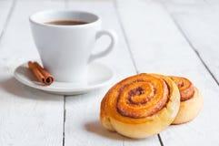 Zoete kaneelbroodjes met koffie Stock Fotografie