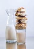 Zoete kaneelbroodjes met melk Royalty-vrije Stock Afbeeldingen