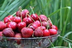 Zoete kersen & aardbeien stock foto