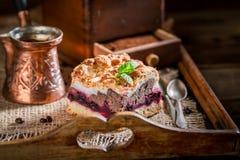 Zoete kersenpastei met pot gekookte koffie stock afbeeldingen