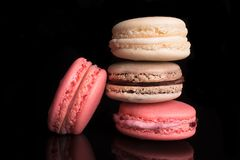 Zoete kleurrijke Franse macarons, makarons Traditionele amandelkoekjes Stock Foto