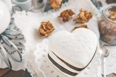 Zoete koekjes in de vorm van harten van de chocolade van het peperkoekdeeg en een witte glans Traditionele koekjes royalty-vrije stock foto