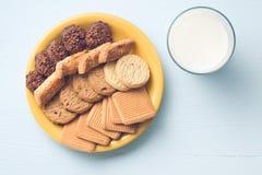 Zoete Koekjes en Melk Stock Fotografie