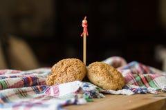Zoete koekjes op een rustiek (plaid) tafelkleed Stock Foto