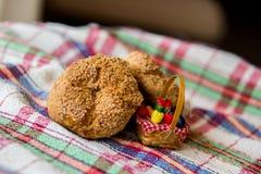 Zoete koekjes op een rustiek (plaid) tafelkleed Royalty-vrije Stock Afbeelding