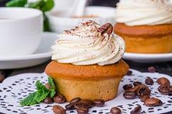 Zoete koffie cupcakes met boterroom en korrels van koffie royalty-vrije stock afbeelding