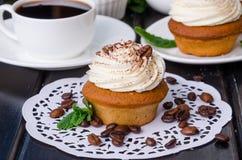 Zoete koffie cupcakes met boterroom en korrels van koffie royalty-vrije stock foto