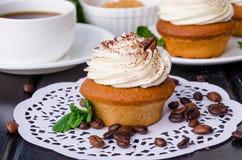 Zoete koffie cupcakes met boterroom en korrels van koffie royalty-vrije stock fotografie