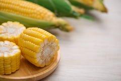 Zoete Korrels Vers graan op maïskolven op houten lijst Stock Foto