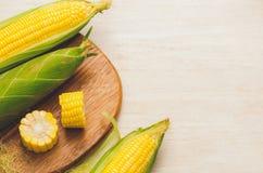 Zoete Korrels Vers graan op maïskolven op houten lijst Stock Foto's