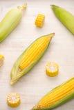 Zoete Korrels Vers graan op maïskolven op houten lijst Stock Afbeeldingen