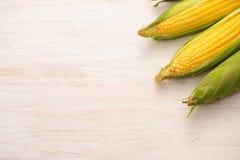 Zoete Korrels Vers graan op maïskolven op houten lijst Royalty-vrije Stock Foto's