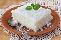 Zoete kouskous (tapioca) pudding (cuscuz doce) met kokosnoot Stock Afbeeldingen