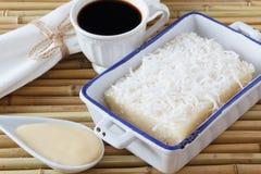 Zoete kouskous (tapioca) pudding (cuscuz doce) met kokosnoot, kop Royalty-vrije Stock Afbeeldingen