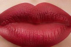 Zoete Kus Close-up van de lippen van de vrouw met manier rode samenstelling Mooie vrouwelijke mond, volledige lippen met perfecte Stock Foto