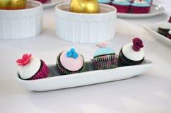 Zoete lijst & mini zoete cupcakes Stock Afbeelding