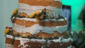 Zoete lijst mooie cake op een lijst stock footage