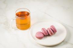 Zoete makarons of macaron en thee in een glas op een witte achtergrond, Frans dessert royalty-vrije stock fotografie